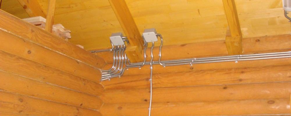 Как делать проводку в деревянном доме
